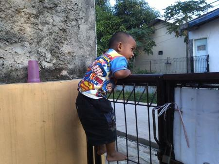 Menjelang usia 2 tahun Dimas sering memanjat pintu pagar halaman