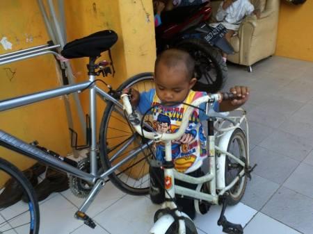 Diams Usia 2 tahun sering belajar menuntun sepeda kakak dan ayahnya