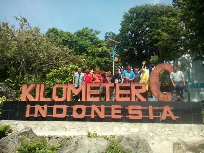 Saat berfoto rame-rame di dekat Tugu Kilometer 0 Indonesia