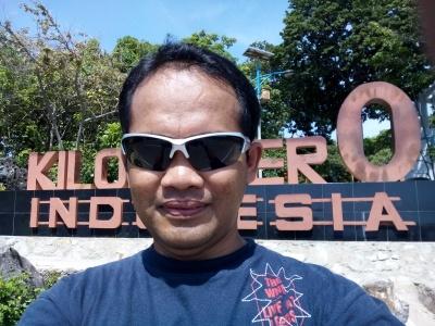 Di depan Kilometer 0 Indonesia