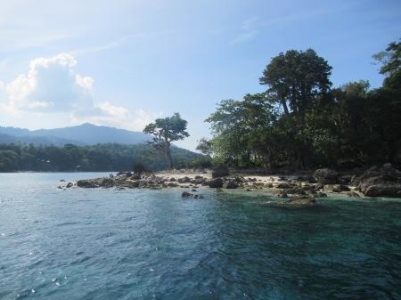 Menikmati keindahan sisi pulau kecil