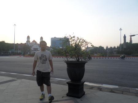 Di depan Wisma Perdamaian, dengan latar Gedung Lawang Sewu