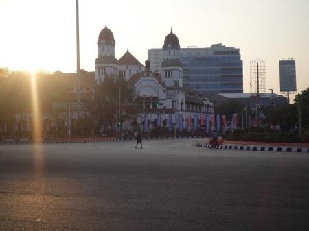 Semburat matahari pagi di sisi gedung Lawang Sewu