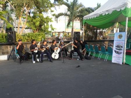 Group Keroncong di sudut jalan, persembahan kantor Dinas Pertanahan kota Semarang